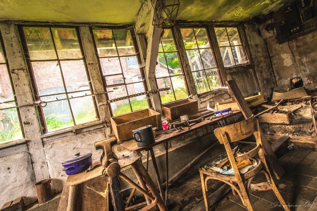 Awesome Das Licht Der Sonne Scheint Durch Die Matten Fenster Und Die Spinnweben  Bewegen Sich Leicht Im Wind. Die Alte Holztüre Knarzt.