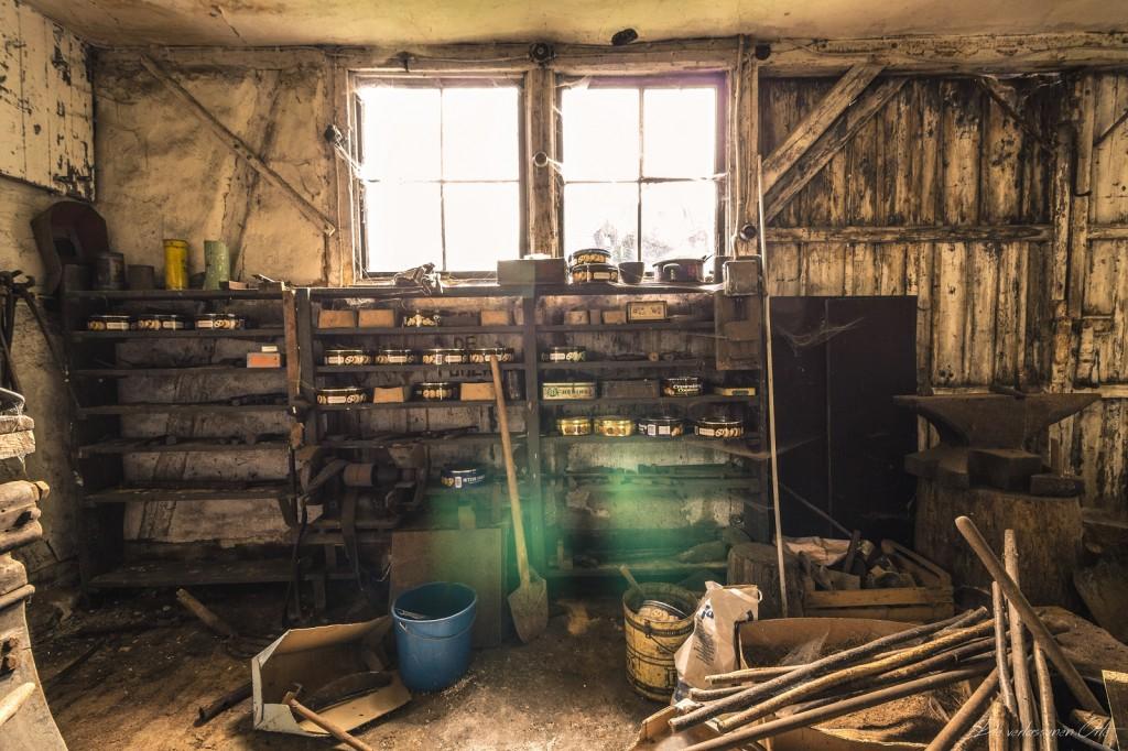 Das Licht Der Sonne Scheint Durch Die Matten Fenster Und Die Spinnweben  Bewegen Sich Leicht Im Wind. Die Alte Holztüre Knarzt.